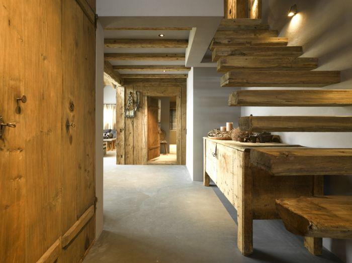 Türen, Balken, Treppen, eingebaute und freistehende Möbel sind rustikal