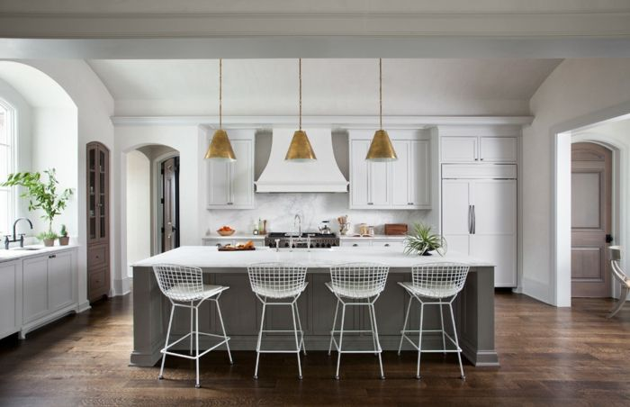 Traditionelle Küche mit wenig sichtbarem Küchenzubehör-Landhausküche modern Küchengestaltung Kochinsel Drahtstühle