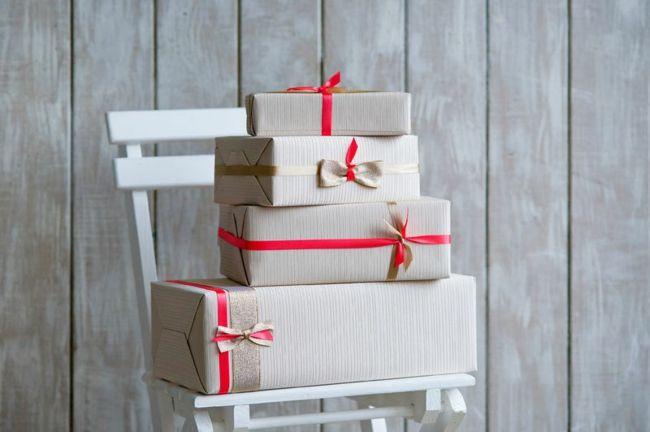 Weihnachtsgeschenke zwei Geschenkbänder Rot metallisch