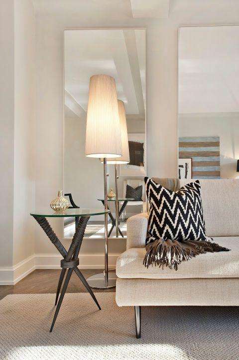 Wohnzimmer beige Sofa Fischgrätmuster Deko Kissen