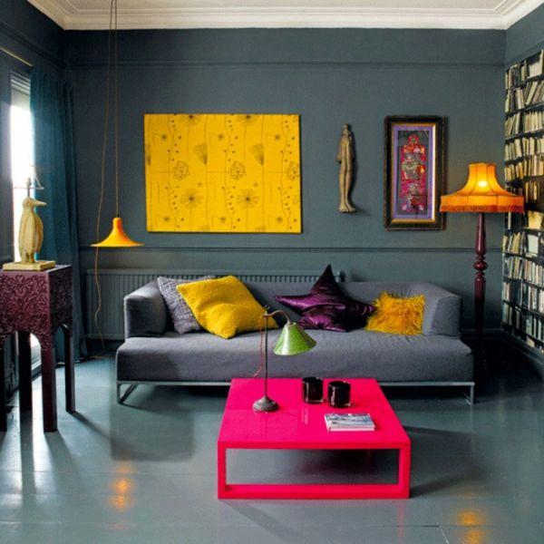 Wohnzimmer mit buntem Beistelltisch