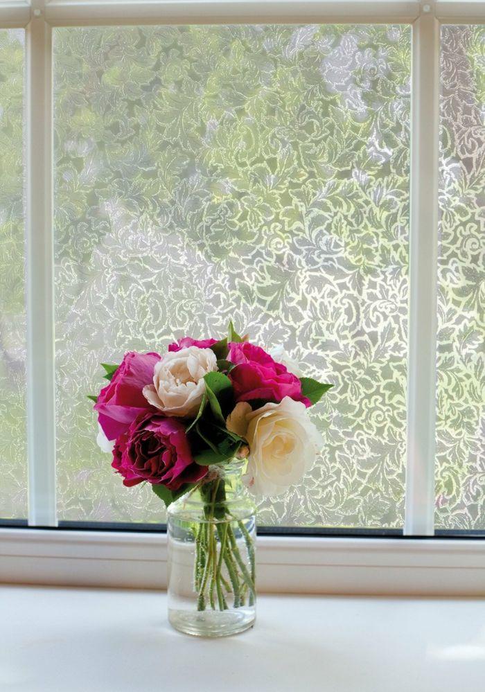 Zarte Blütenmuster lässt die Glasflächen in einem neuen Look erstrahlen-blickdichte Folie