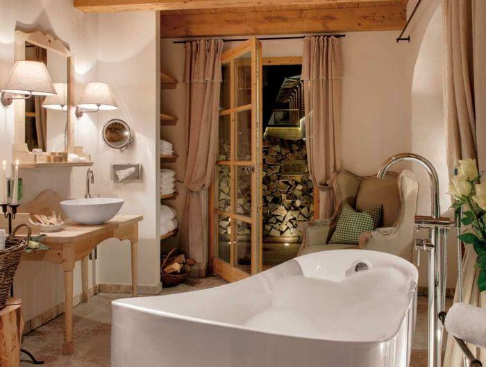 ein Bad mit Badewanne zum Entspannen zuhause