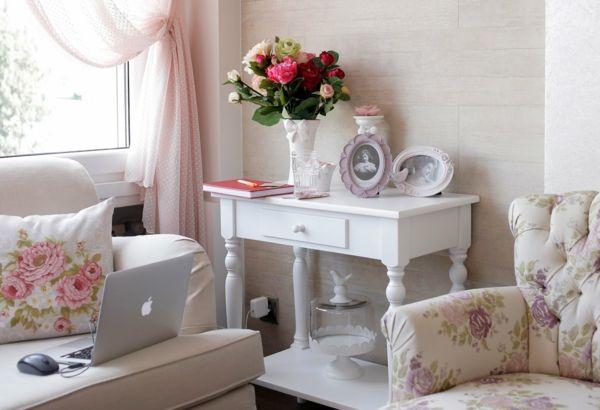ein klassisches Rosenmuster auf Kissen und Sessel