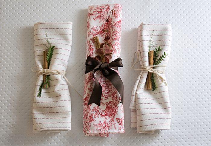 gestreifte Stoffservietten Schleife Blumenmuster Rosa