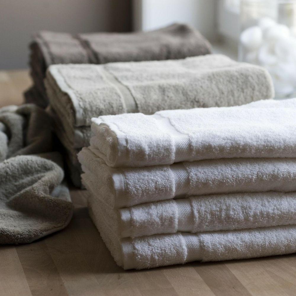 in einem weichen Handtuch umwickelt-Bad Accessoires
