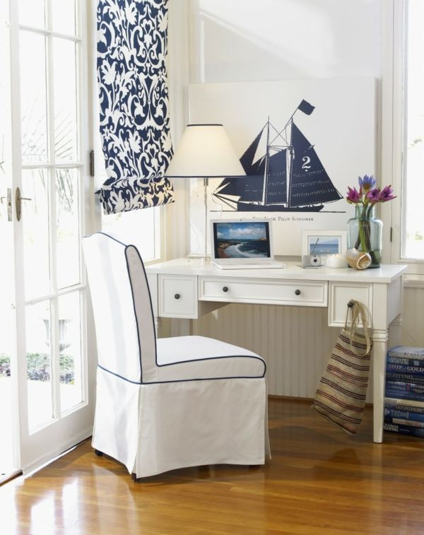 maritime Einrichtung mit weißen Möbeln und hellem Holzboden