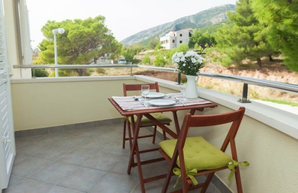 minimalistische Gestaltung Holzmöbel Platzsparmöbel Balkonbereich
