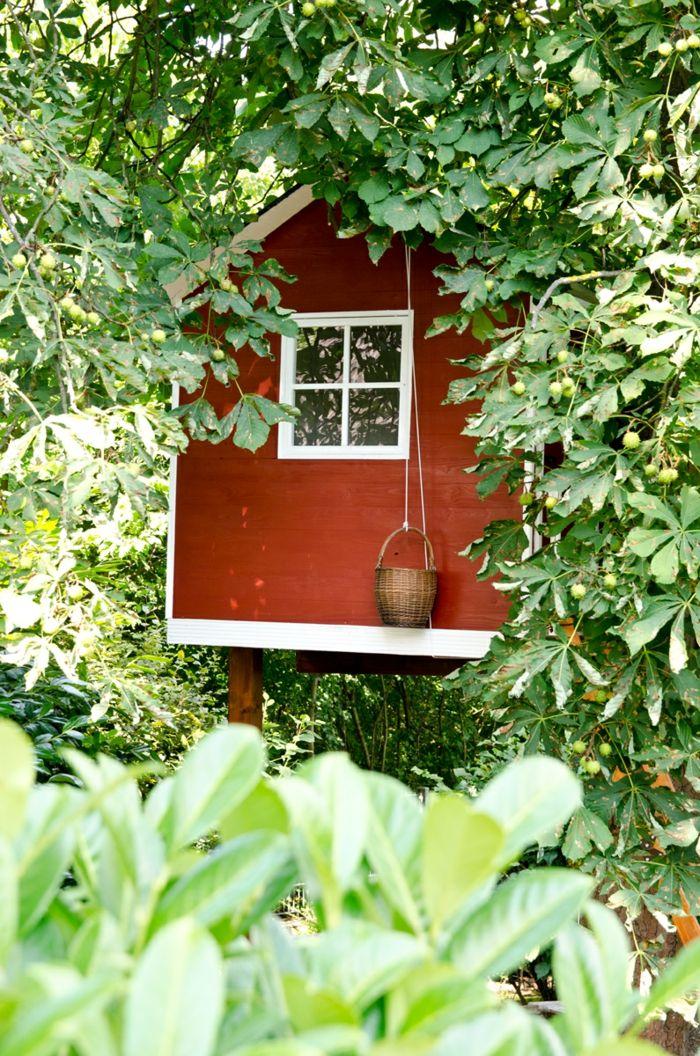 selbstgebautes Baumhaus im Sommergarten