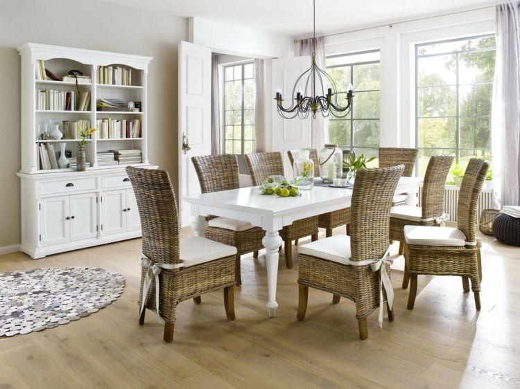 weißer Küchentisch im französischen Landhausstil