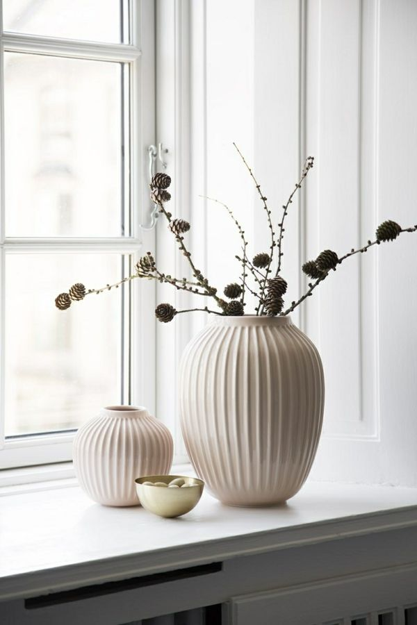weißes Holz und Keramik harmonieren miteinander-Wohnaccessoires