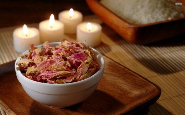 zu diesem Rosen-Potpourri würden auch Rosmarin, Salbei und Lavendel ganz gut passen