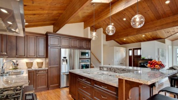 Dachraum Giebeldach groß Küche Dachbalken Holz