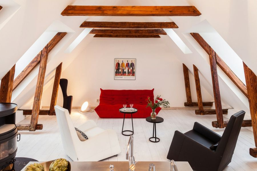 Gestaltung eines wohnzimmers mit dachschr gen for Dachwohnung einrichten