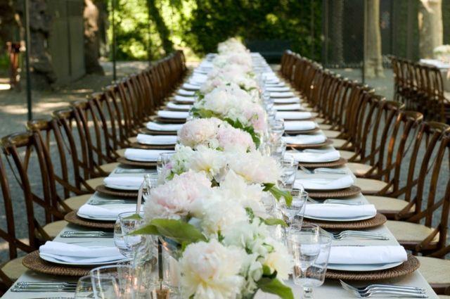 Festtafel Deko Idee Blumensträuße Weiß Pfingstrosen