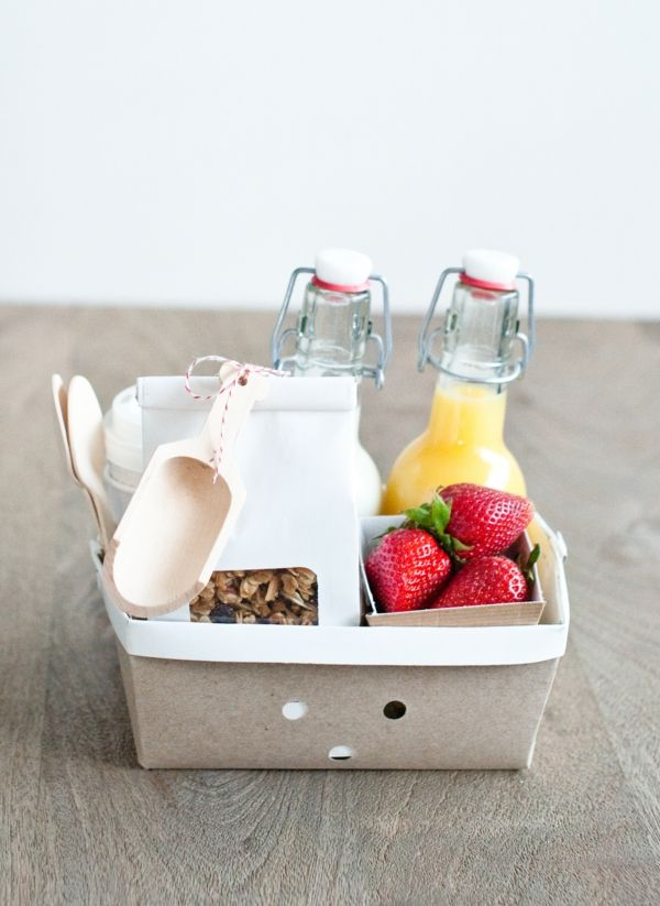 Geschenkkorb sommerlich Fruchtsaft Erdbeeren