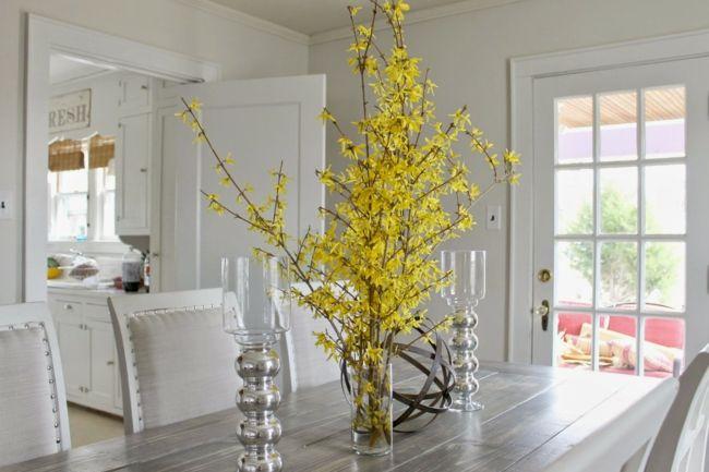 Glasvasen mit Frühlingsblumen arrangieren