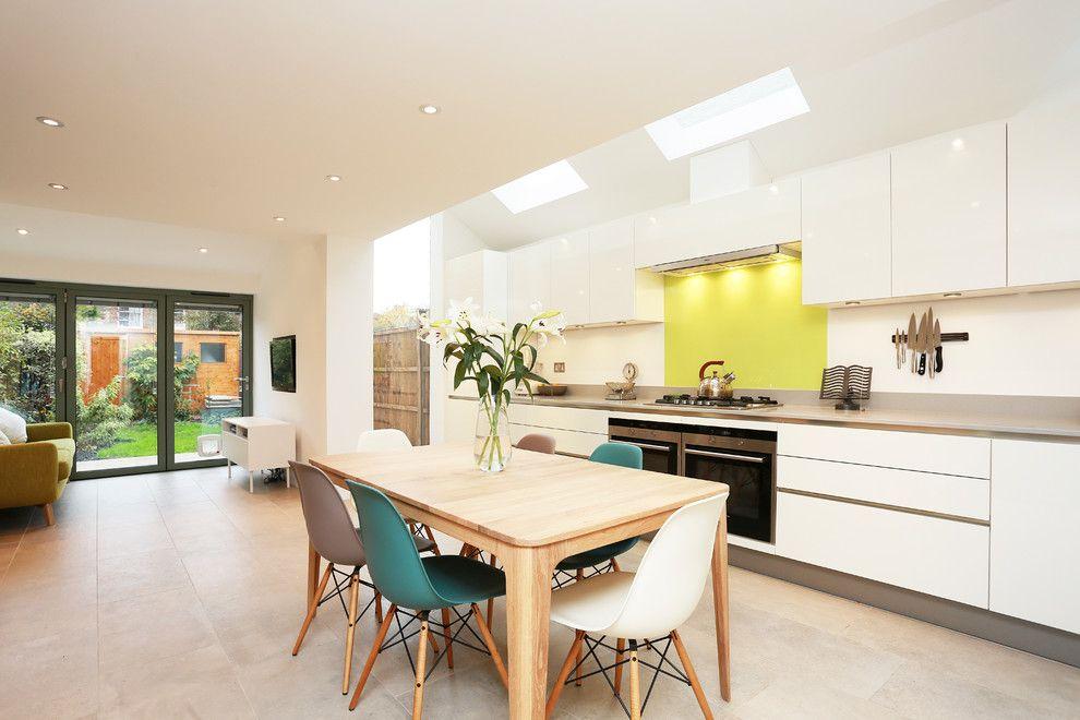 Groß Küche Holztisch Eames Stühle weiß