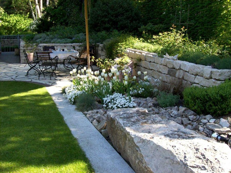Hausgartengestaltung Sitzgruppe Steinblöcke Deko