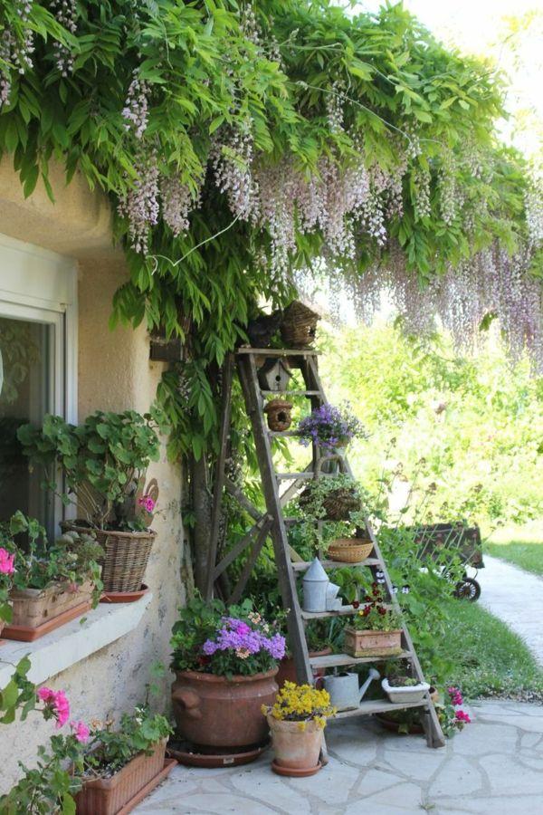 Holzleiter als Blumenregal in dem Garten verwenden