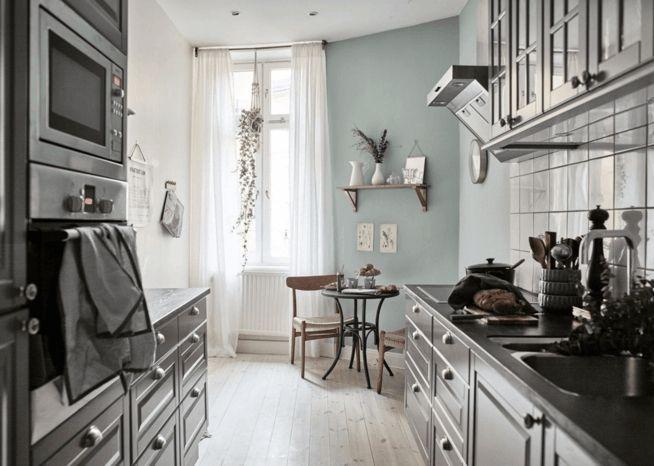 Küche Altbauwohnung eklektische Einrichtung klassisch graublau Wandfarbe Kontrast