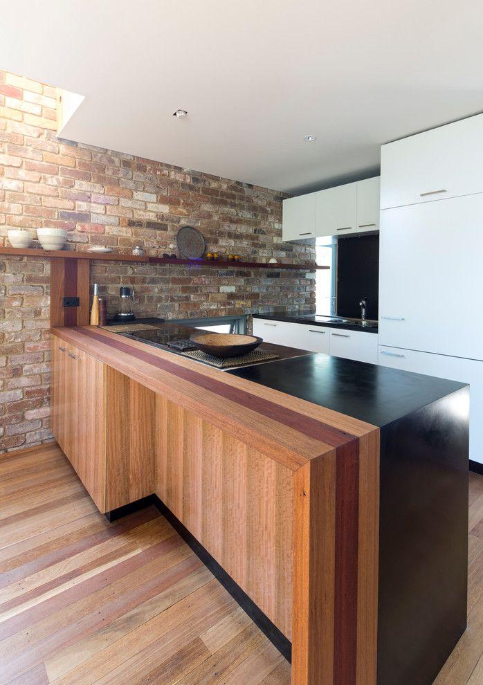 Küche Ziegelwand Holzoptik weiß Fronten
