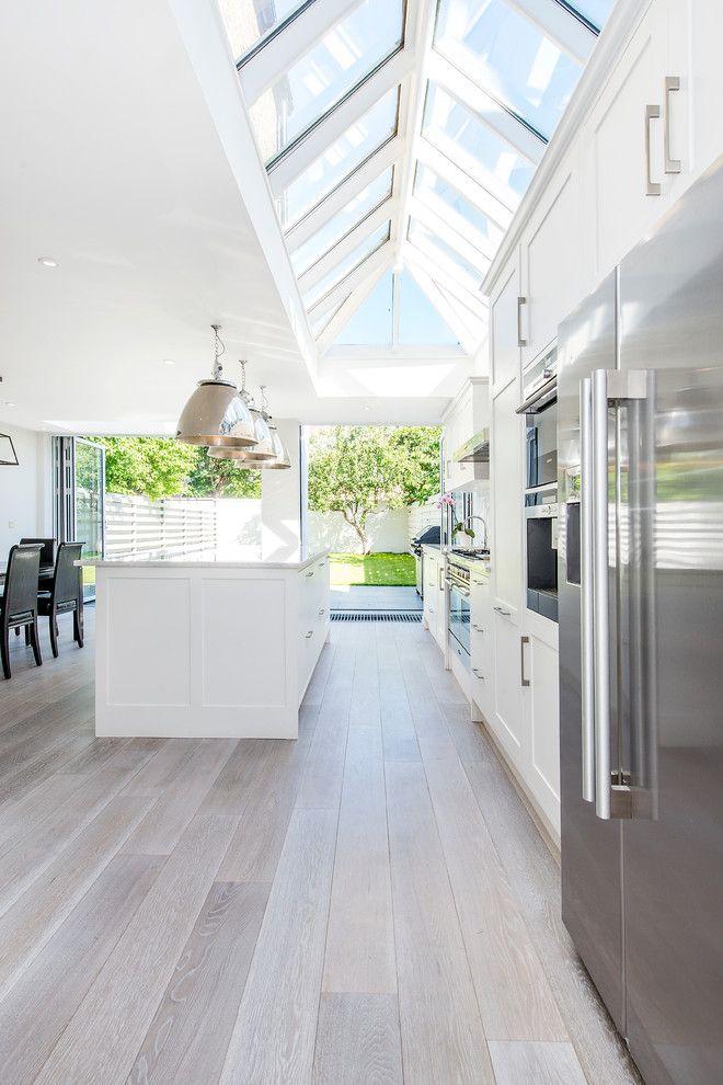 Küche modern Giebeldach Holzoptik Bodenbelag