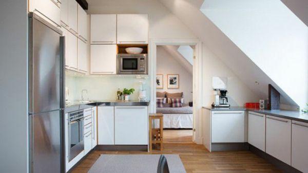 Küche unter Dachschräge hell Farben