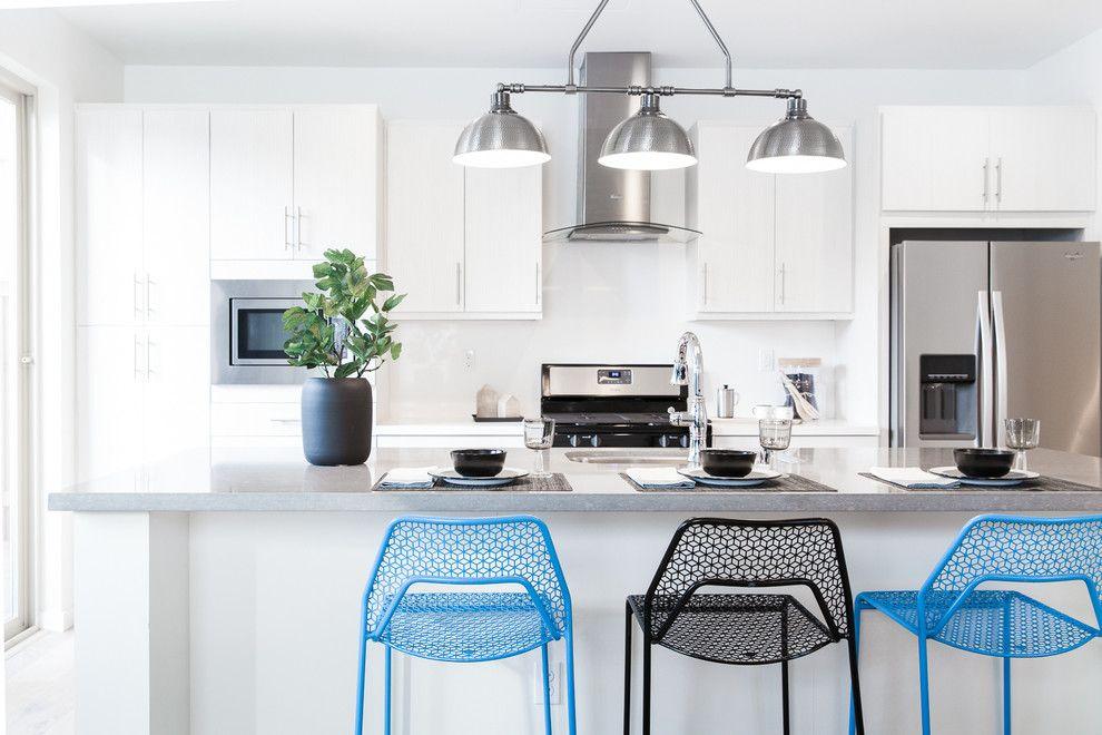 Küchendesign modern weiß Fronten Barhocker schwarz blau