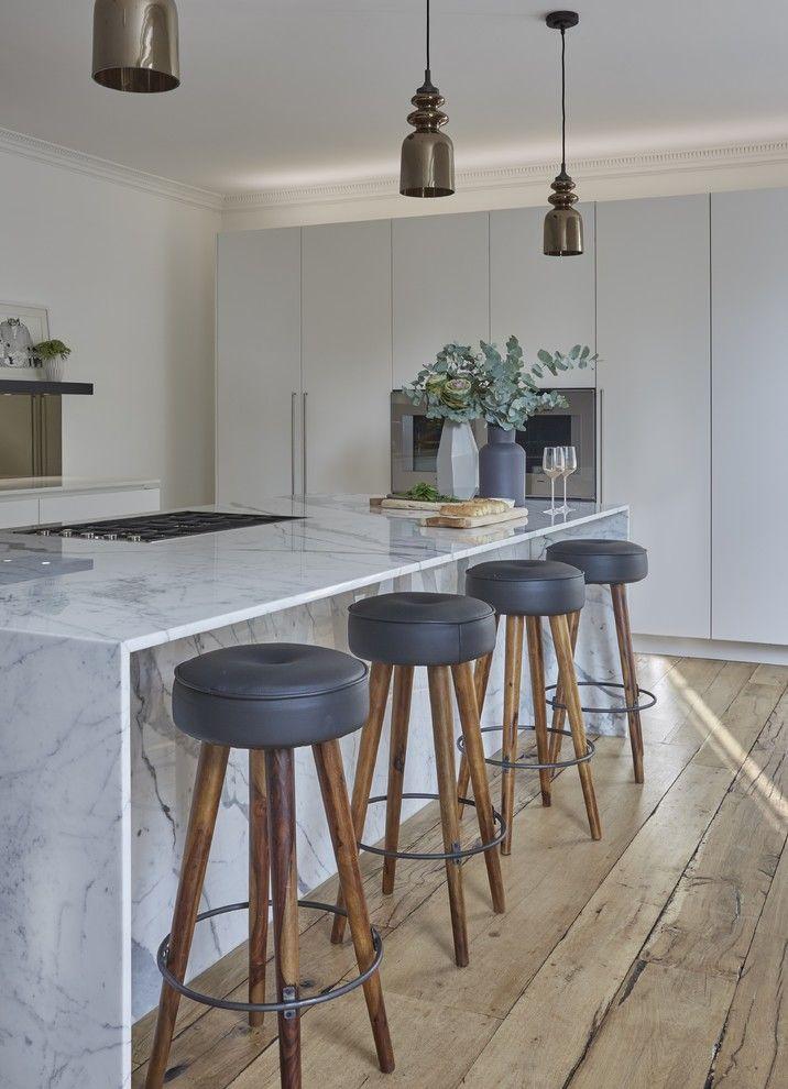 Kochinsel Marmor Barhocker Holzboden