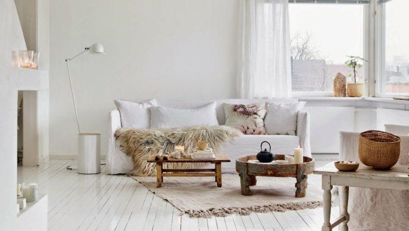 Landhausmöbel und weiße Wände und Boden