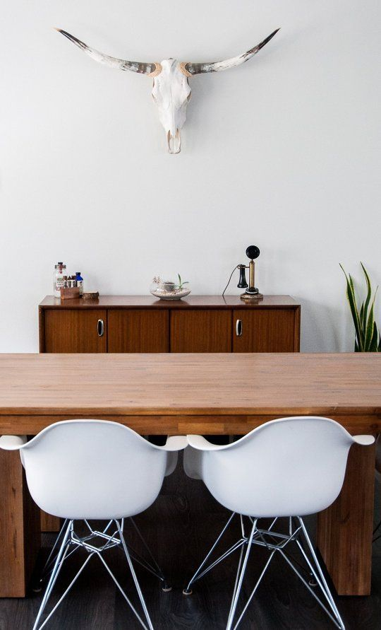 Massivholz Tisch Eames Stühle Deko Schädel