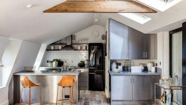 Modern Küche unter Giebeldach maßangefertigt Stauraum