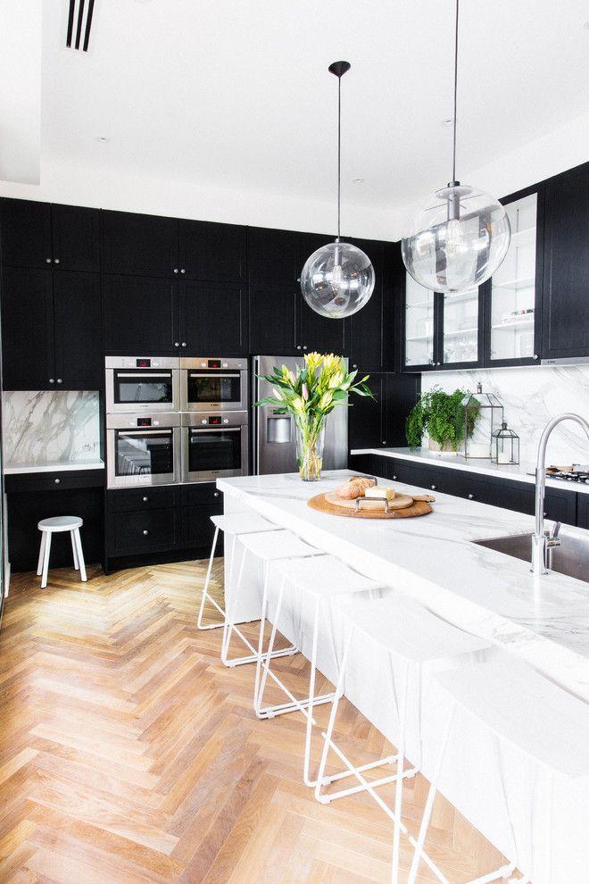 Modern Küchengestaltung Kochinsel Marmor Holzboden