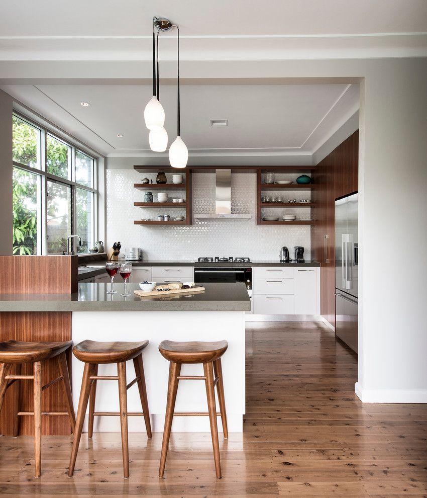 Offene Küche Holzelemente Fliesenspiegel weiß