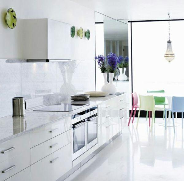 Spiegeleffekt In Der Zimmerecke Dieser Modern Eingerichteten Feng Shui Spiegel Im Wohnzimmer