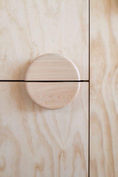 Schrank Tür Griff Detail Holzoptik hell
