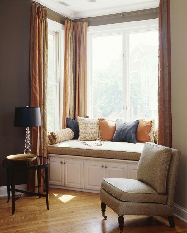 Sitzbank am Fenster Erkerfenster Deko Kissen Beige Ocker Lila