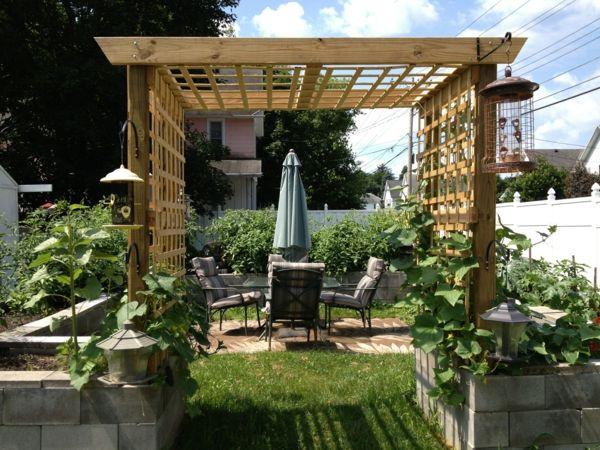 Spalier aus Holz für Kletterpflanzen im Garten