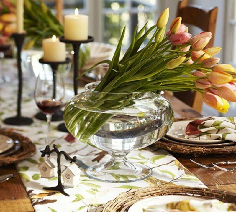 Tulpen in Glasschüssel als Tischdeko