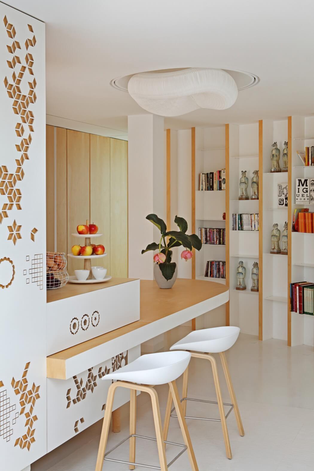 Wohnküche Wandregal Tresen Hocker Holz weiß