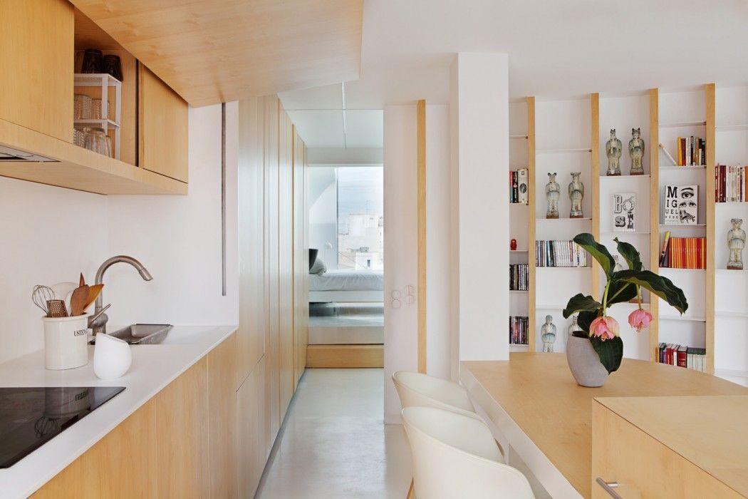 Wohnküche hell Holzfront eingebaut Wandregal