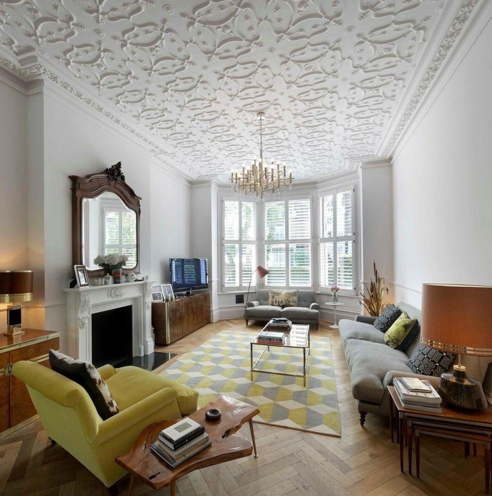 Wohnzimmer klassisch Stuckdecke geometrisch Muster Teppich