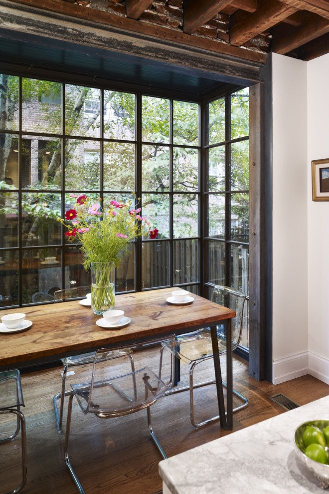 Zeitgenössisch Küchenbereich Glaswand Glasstühle Holztisch