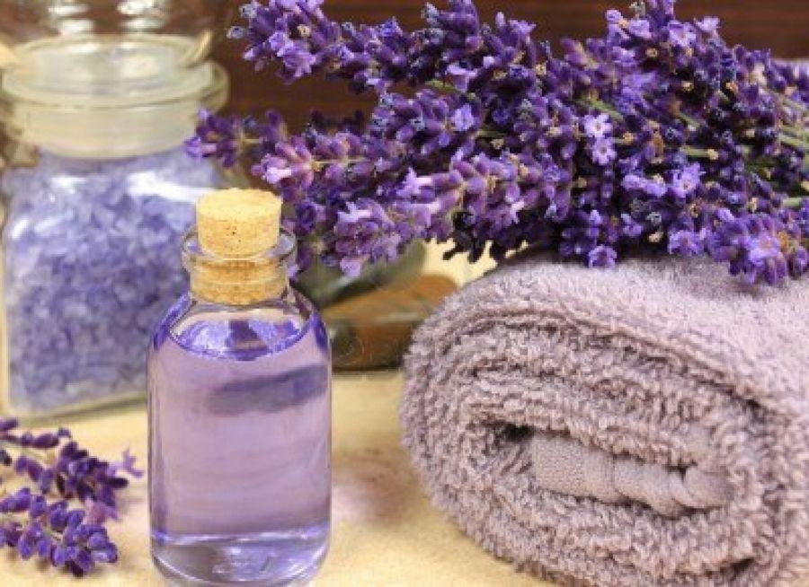 das äterische Öl aus Lavendel gehört einfach zu jedem Badezimmer-Aromatische Geschenke