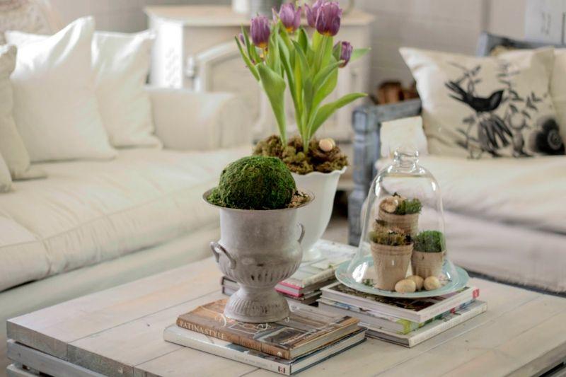 dem Frühling auf dem Beistelltisch im Wohnzimmer Platz machen