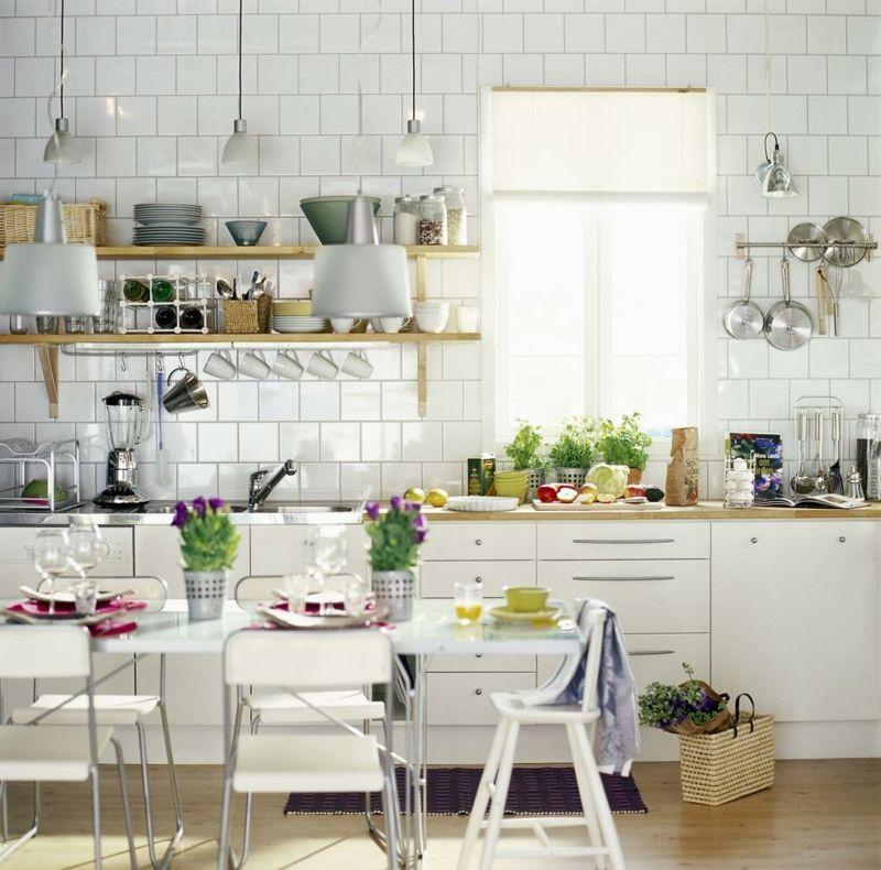 Lebendige Küche mit weissem Esstisch