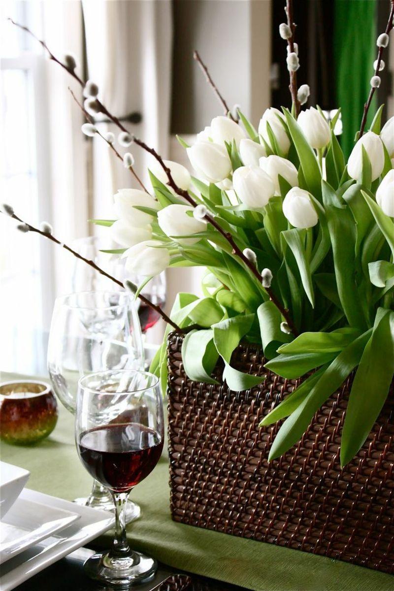 weiße Tulpen für die Fühlingsdekoration im Esszimmer