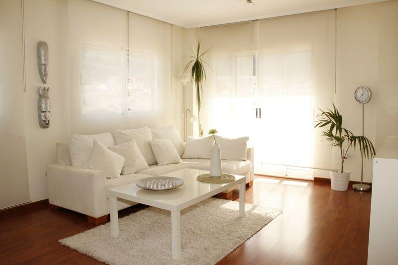 weißes Sofa weiße Wand