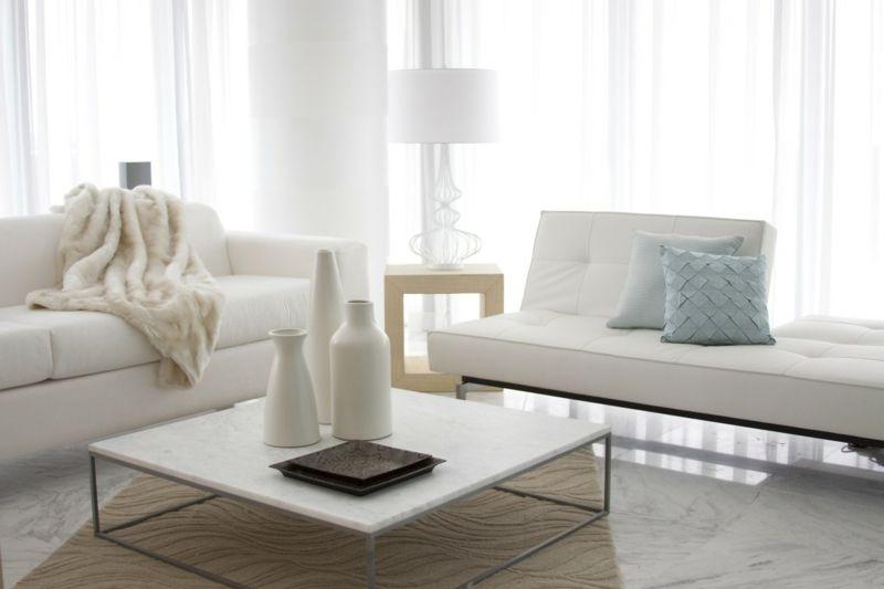 weißes Sofa weißer Couchtisch im Wohnzimmer